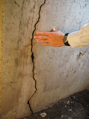 Vertical foundation crack